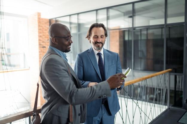 Empresários sorrindo. dois empresários sorrindo enquanto se sentem animados e motivados antes da negociação