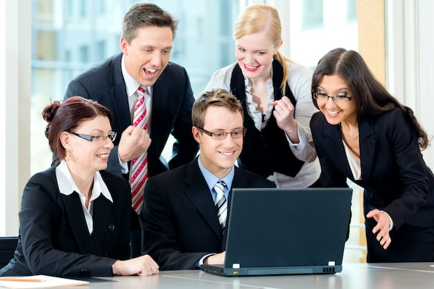 Empresários têm reunião de equipe em um escritório