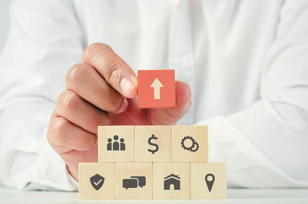 Empresários têm um novo conceito de desenvolvimento de negócios com uma seta apontando para o sucesso