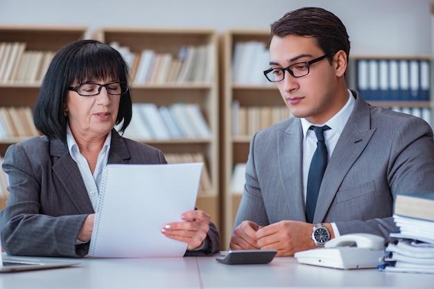 Empresários tendo discussão de negócios no escritório