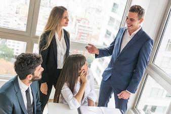 Empresários tendo discussão na reunião