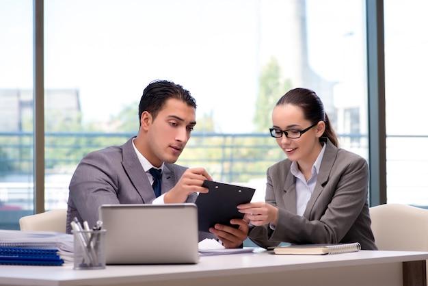Empresários tendo discussão no escritório