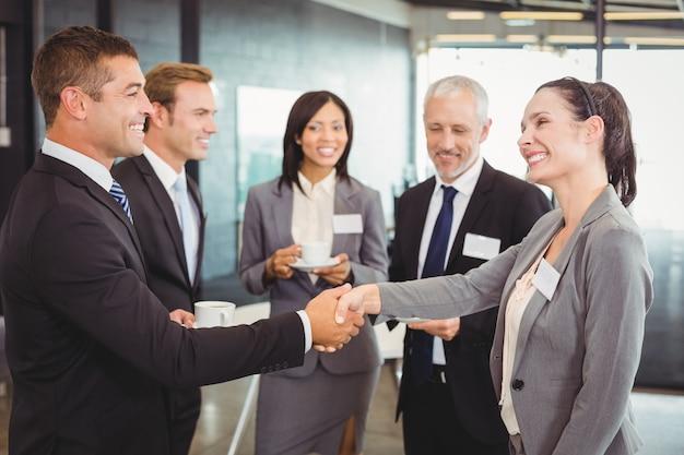 Empresários tendo uma discussão durante o intervalo