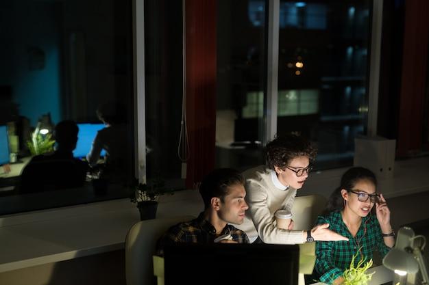 Empresários trabalhando à noite
