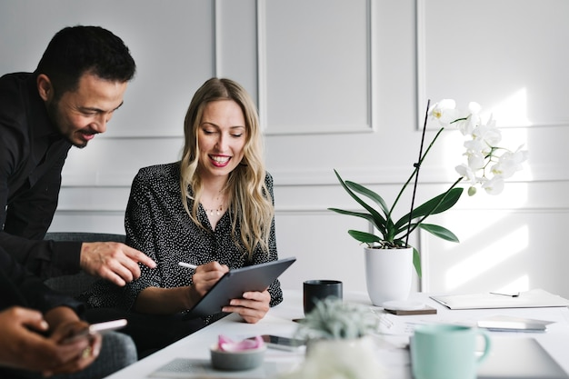 Empresários trabalhando com um tablet digital em uma reunião