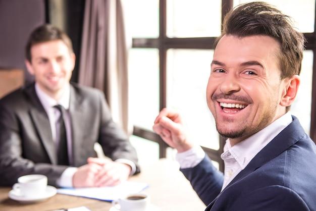 Empresários trabalhando durante um almoço de negócios.