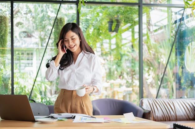 Empresários trabalhando e discutindo o novo projeto de plano no escritório com documento, conceito de negócio