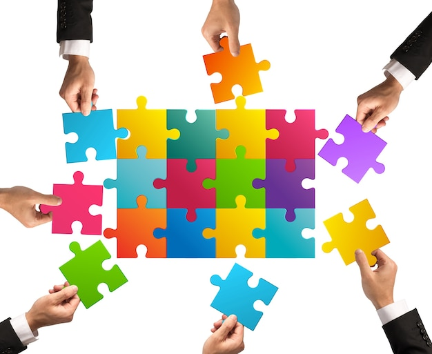 Empresários trabalhando juntos para construir um quebra-cabeça colorido