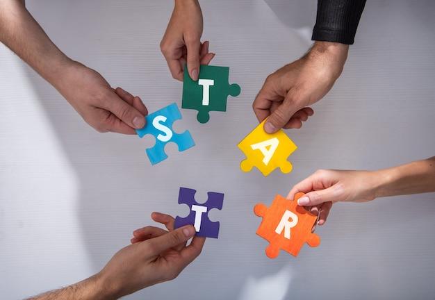 Empresários trabalhando juntos para construir um quebra-cabeça.