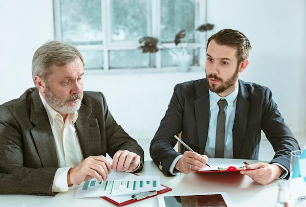 Empresários trabalhando juntos