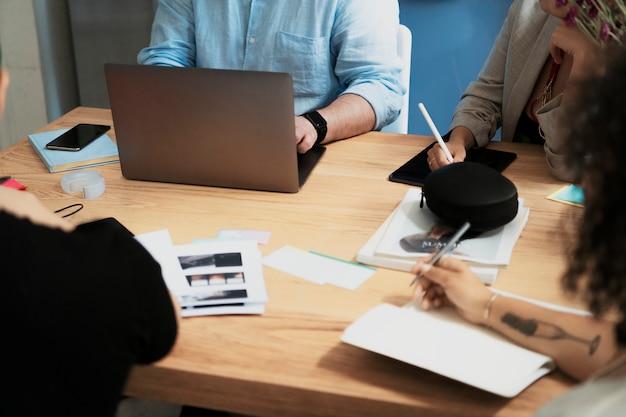 Empresários trabalhando no escritório e fazendo anotações
