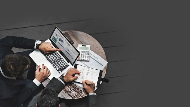 Empresários trabalhando no planejamento estratégico