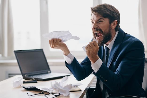 Empresários trabalhando para um laptop nas emoções do escritório tecnologias de descontentamento
