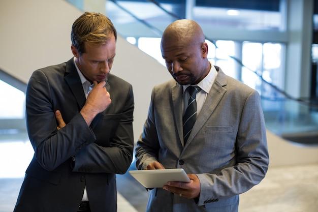 Empresários usando tablet digital