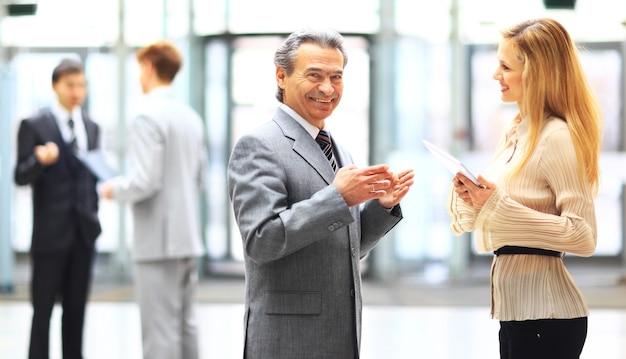 Empresários usando um tablet digital