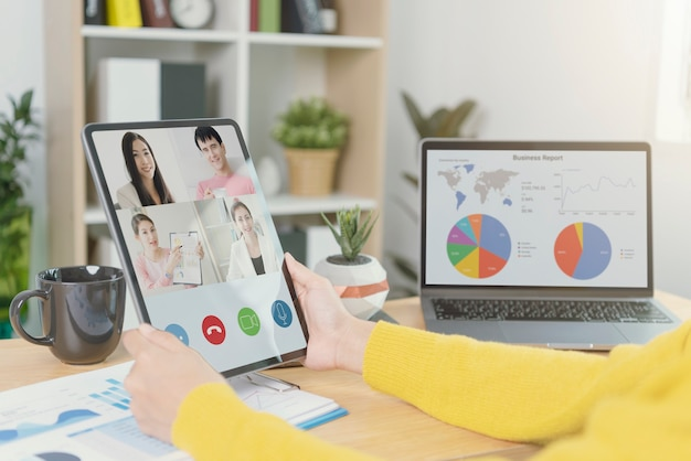 Empresários virtual videoconferência reunião plano análise gráfico empresa finanças estratégia estatísticas sucesso conceito e planejamento para o futuro na sala de escritório.