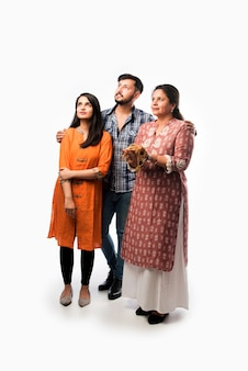 Empréstimo de ouro ou conceito de hipoteca - mãe indiana com filho e filha segurando joias de ouro