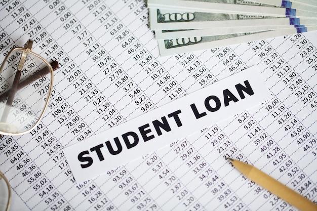 Empréstimo estudantil escrito em cartão branco