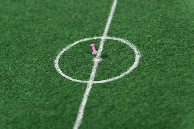 Empurre o alfinete no centro do campo de futebol