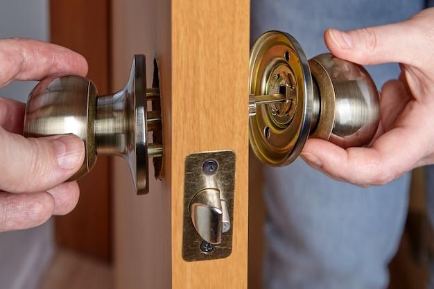 Empurre os dois lados da maçaneta da porta juntos.