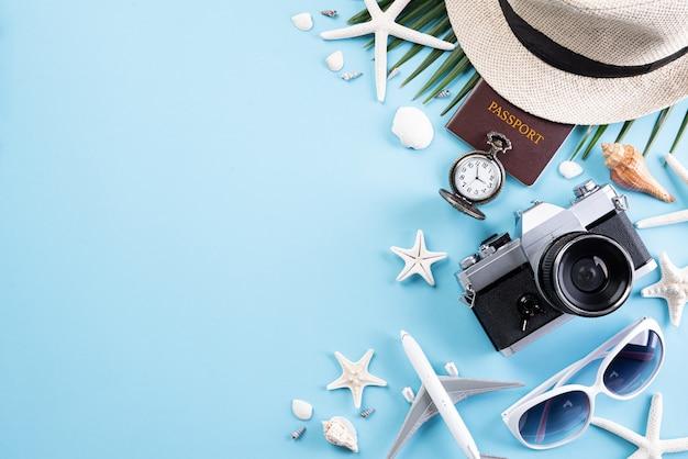 Encalhe acessórios no pastel azul para o conceito das férias de verão.
