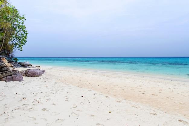Encalhe e acene o mar azul no koh rok, krabi, tailândia