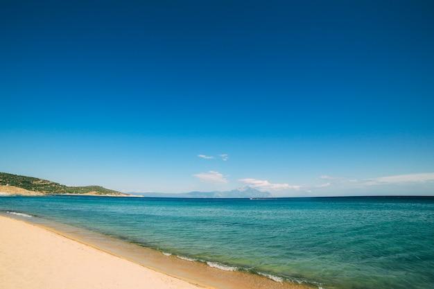 Encalhe no mediterrâneo em um dia ensolarado claro, grécia, halkidiki.