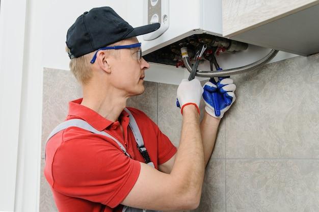 Encanador anexa a caldeira a gás de tubo.
