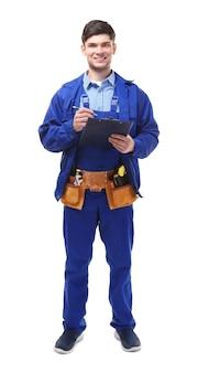 Encanador de uniforme segurando uma prancheta no fundo branco