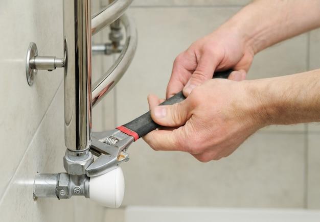 Encanador define válvula para aquecedor de toalhas