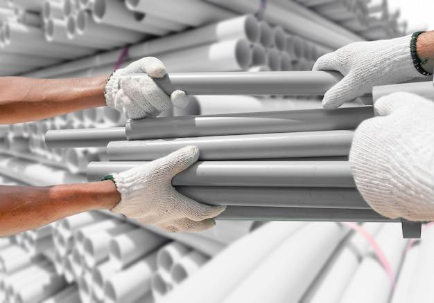 Encanador escolhe tubos de pvc do pacote