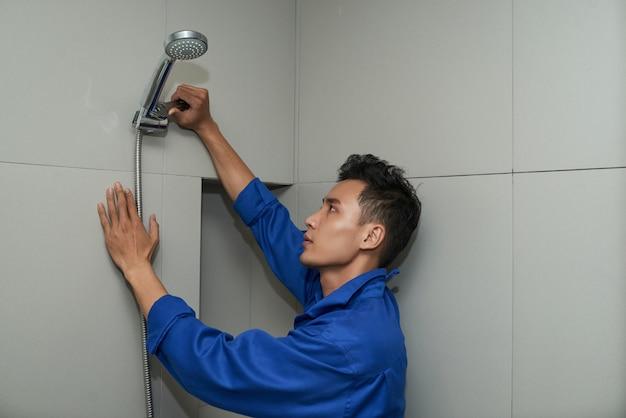 Encanador instalando chuveiro