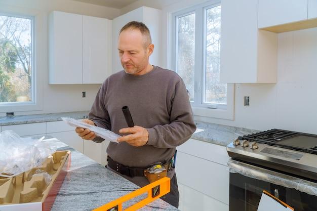 Encanador instalar com torneira de água
