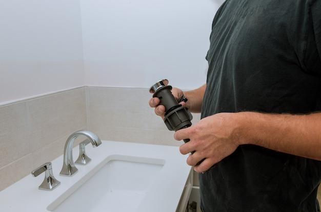 Encanador, instalar, novo, dreno, mãos, trabalhador, cima