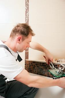 Encanador instalar uma torneira misturadora em um banheiro