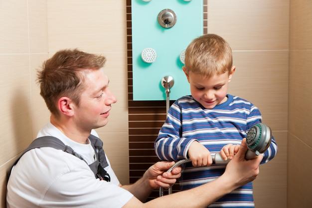 Encanador instalar uma torneira misturadora em uma casa de banho