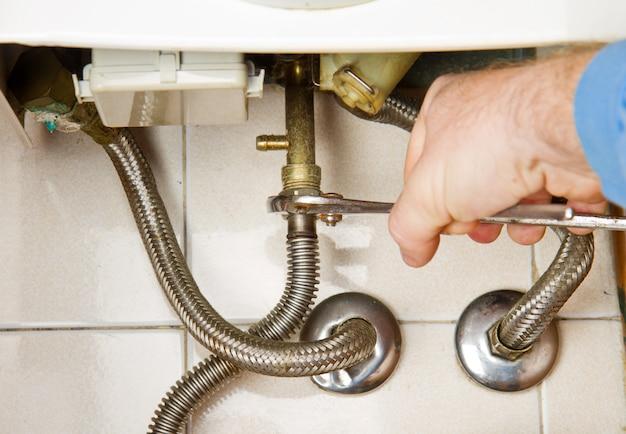 Encanador no trabalho. caldeira a gás de serviço