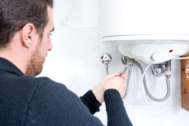 Encanador que fixa o aquecedor de água elétrico