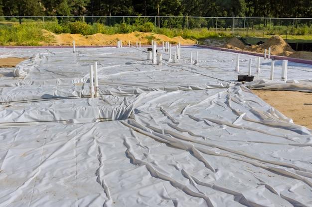 Encanamento de pvc áspero na laje de fundação da casa de canos sanitários no solo