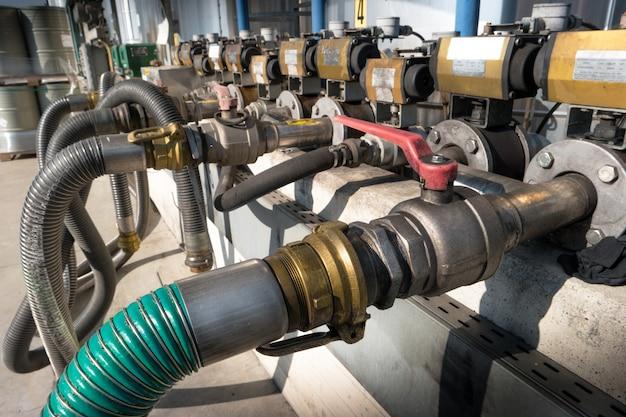 Encanamento metálico de uma planta química