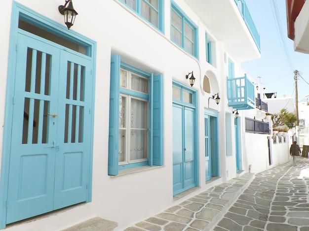 Encantador pequeno beco com edifícios de cor branca e azul