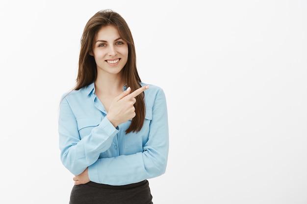 Encantadora empresária morena extrovertida posando no estúdio