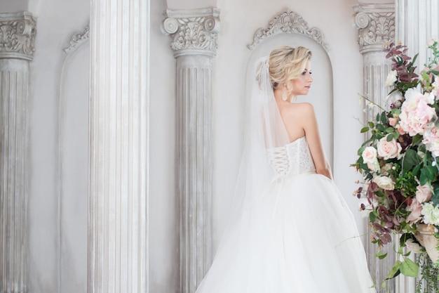 Encantadora jovem noiva vestido de noiva luxuoso. menina bonita, estúdio de fotografia
