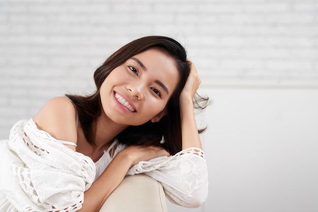 Encantadora mulher asiática, sorrindo, olhando para o retrato de câmera