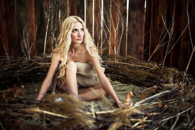 Encantadora mulher bruxa com olhos azuis e cabelos brancos