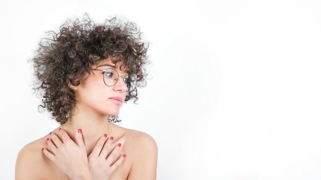 Encantadora mulher jovem com cabelo encaracolado vestindo óculos elegantes