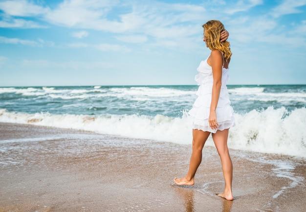 Encantadora mulher jovem em um vestido branco