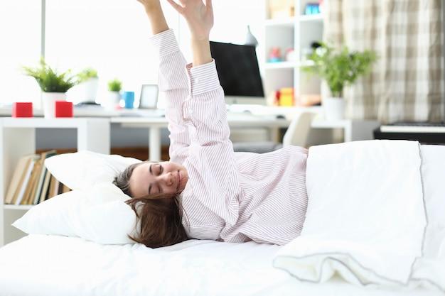 Encantadora mulher jovem sonhando em casa
