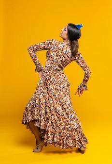 Encantadora mulher posando com fundo laranja