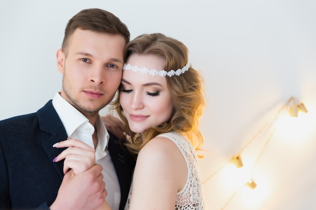 Encantadora noiva e noivo em sua festa de casamento em um interior luxuoso.